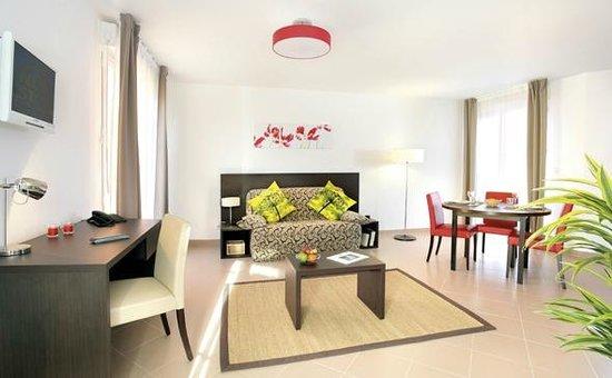 Appart'City Confort Saint Quentin en Yvelines Bois d'Arcy : Park&Suites Village Bois d'Arcy - 1-bedroom Villa Living Room