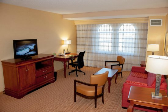 Courtyard Norfolk Downtown: King Suite