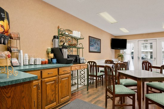 Baymont Inn & Suites Albany at Albany Mall: Breakfast