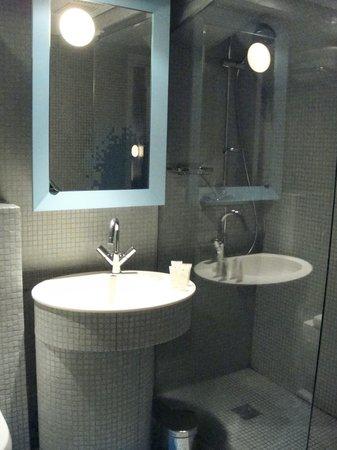 Nell Hotel & Suites:                   o banheiro