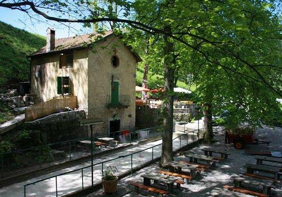 Caneggio, Switzerland:                   Vista esteriore con cambo da bocce