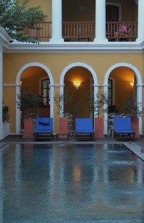 Palais de Mahe:                   swimming pool with coffee bar
