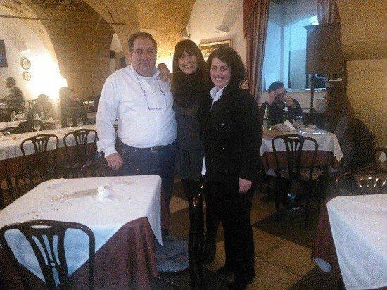 """""""io al centro"""" con i proprietari del Nabila Matteo e Concita"""