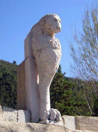 Chiesa di Santo Stefano - Mummie di Ferentillo: Ferentillo, la piazzetta di Precetto con il Leone monopibede