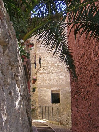 Chiesa di Santo Stefano - Mummie di Ferentillo: Ferentillo, via della Rocca... la scalinata che conduce al Museo