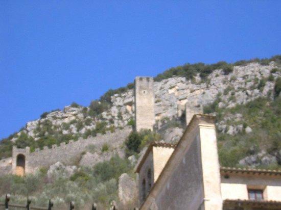 Chiesa di Santo Stefano - Mummie di Ferentillo: Ferentillo, le mura di Precetto con la torre a destra del borgo