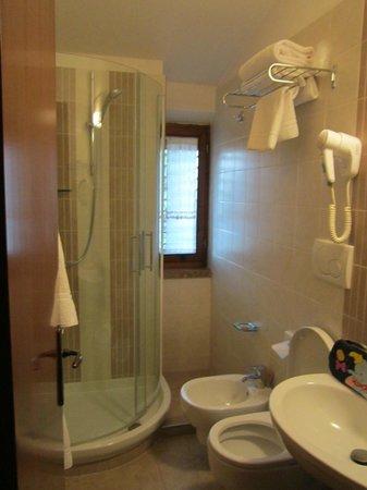 Hotel Arcobaleno:                   Bagno della camera matrimoniale