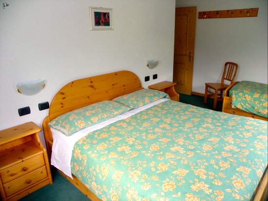 Cameretta con due letti singoli // Bedroom with two single beds ...