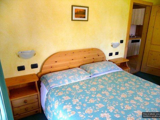 Camera con letto matrimoniale e letto singolo // Bedroom with one ...