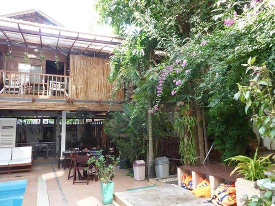 You Khin House:                   Innenhof mit Pool und Essbereich