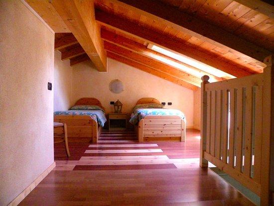 Bait L'Ables: Camera al secondo piano con due letti singoli. // Attic room with two single beds.