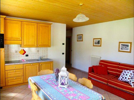 Bait L'Ables: Salotto con divano letto, Tv digitale, accesso diretto al giardino, riscaldamento autonomo. // L
