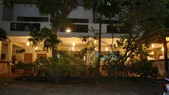 Lamphu House:                   blick vom innenhof ins restaurant