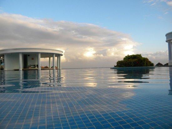 إبيروستار روز هول سويتس أول إنكلوسف:                                                       Infinity pool (early morning before to swi