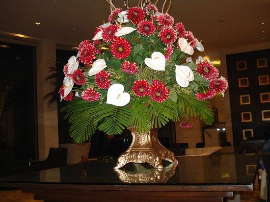 The Grand New Delhi:                   composizione di fiori nellìhotel