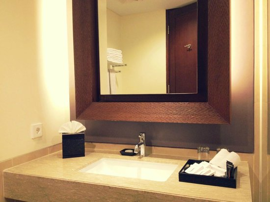 Sun Island Hotel & Spa Kuta:                   bathroom