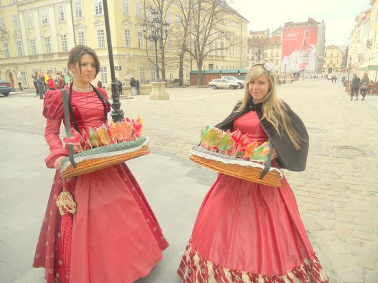 Lviv, Ukrayna: Sweet Selling Girls
