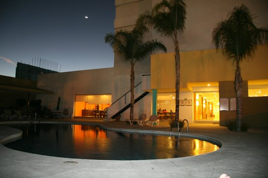 Staybridge Suites Guadalajara Expo:                   Pool and dining room