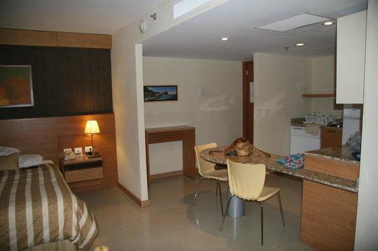 Staybridge Suites Guadalajara Expo:                   Room with kitchen area