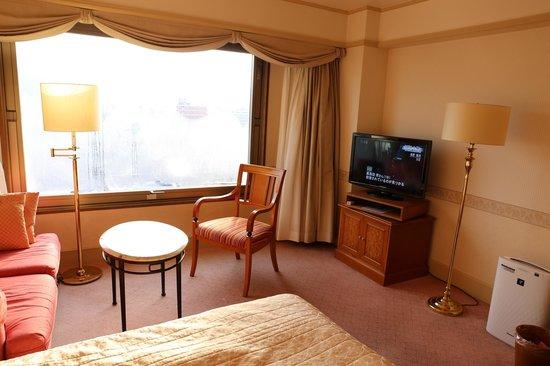 Hotel Nikko Princess Kyoto:                                     へたっているイスと窓