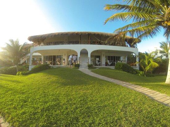 Las Villas Akumal:                   View of building