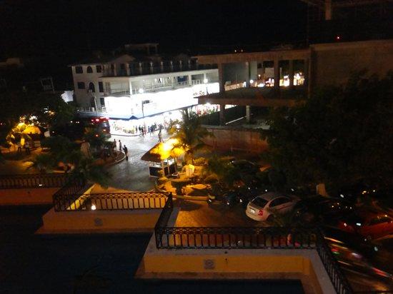 Koox Caribbean Paradise Hotel:                   Vista de noche desde la alberca hacia la 5ta. Avenida
