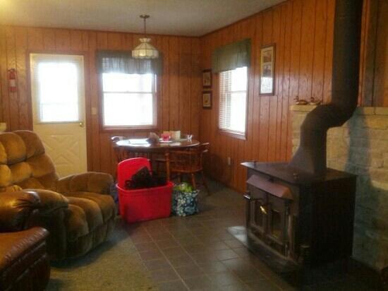 Kishauwau Country Cabins:                   Living/dining room
