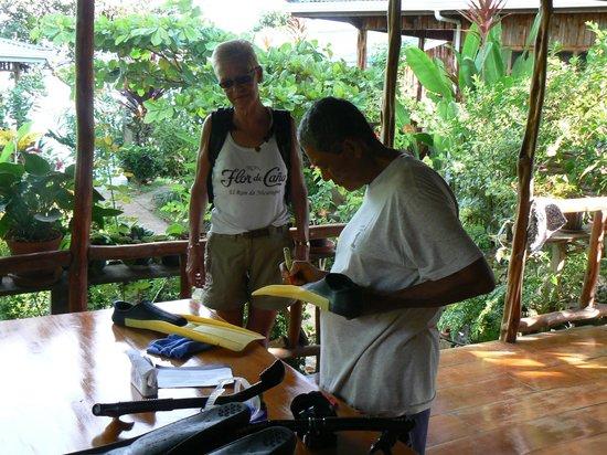 Ranchitos Las Cotingas:                   Felix leende ons snorkelsets uit