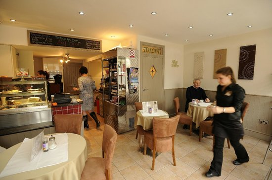 Bliss Cafe: Inside the cafe - open plan so you can see your meal being prepared