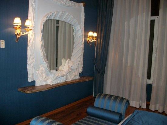 Hotel Impero:                   bedroom mirror