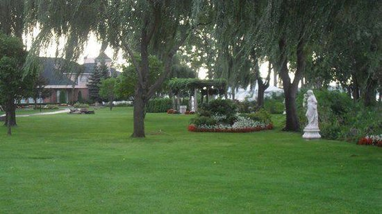 Chateau Vaudreuil:                   Nice grounds