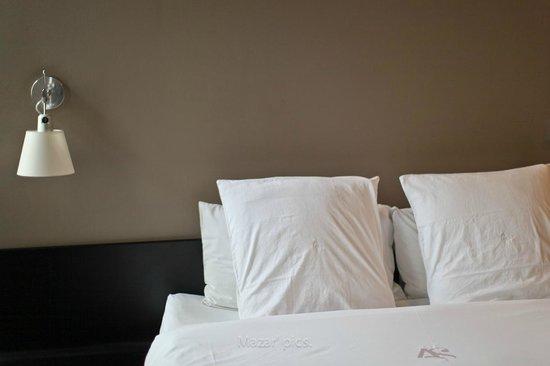 Hotel l'Avant-Scene : Mur et oreillers moelleux de la chambre 4
