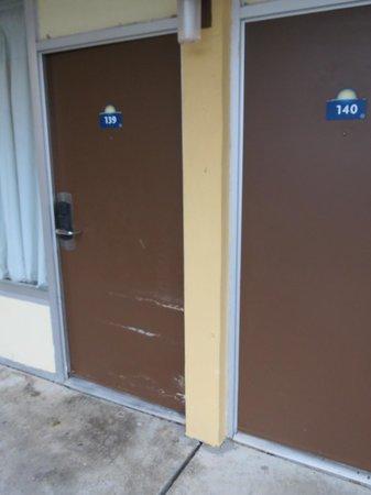 Days Inn Lafayette Near Lafayette Airport:                   Door dammage.