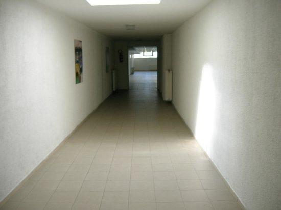 Bara Junior Hotel:                   Corridoio di raccordo tra hall e camere