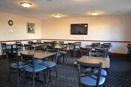 Super 8 Greenfield: Breakfast Seating Area
