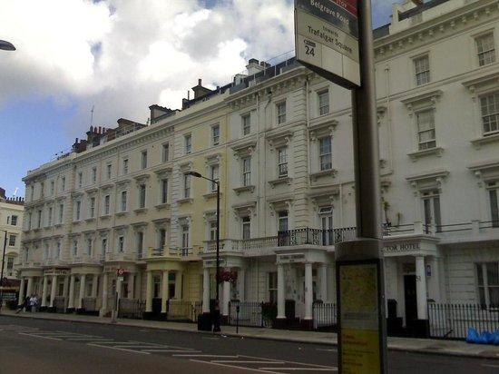 Luna & Simone Hotel:                   Edificio del hotel desde la parada del bus