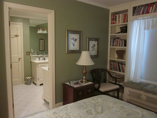 Lakeside Bed and Breakfast: Queen guest room