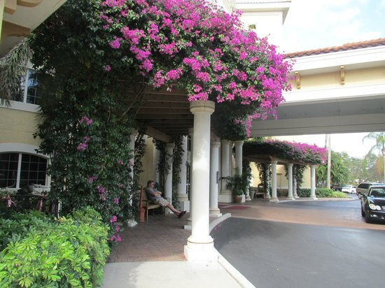 Inn at Pelican Bay: Entrance