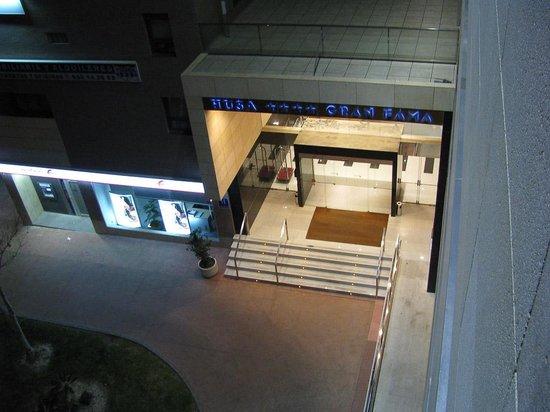 Sercotel Gran Fama:                   Entrada del hotel desde la habitación