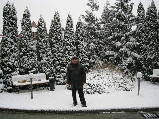 CE Quelle Hotel:                   напротив входа в отель (два дня снег, потом растаял)