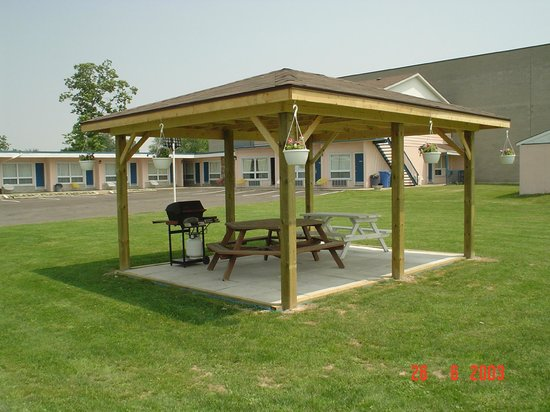 Advantage Inn: gazebo