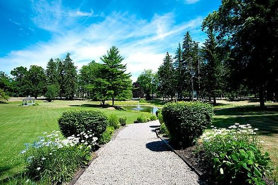 Springside Inn: The Inn's Grounds on a Summer Day