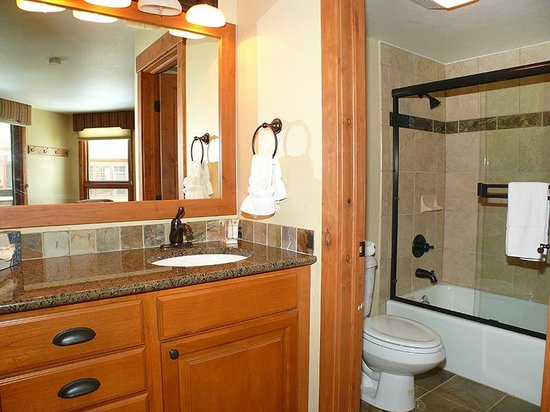 The Lodge At Steamboat: Sample Bath