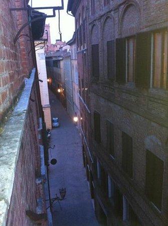 Locanda di San Martino Siena Residenza d'Epoca:                   visuale a sx dalla finestra.