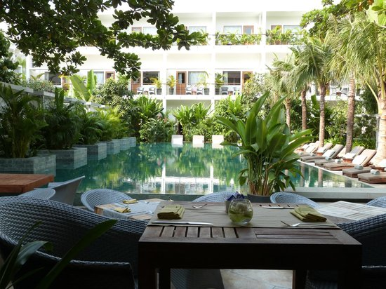 The Plantation Urban Resort and Spa:                   Breakfast by the Pool