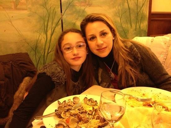 RISTORANTE VICTORIA :                   Paola ed Arianna davanti ai piatti vuoti