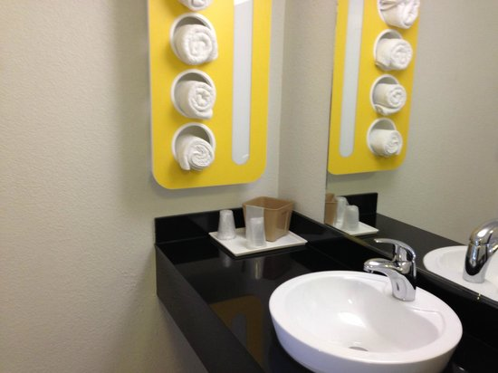 Motel 6 Dallas - Market Center:                   bathroom