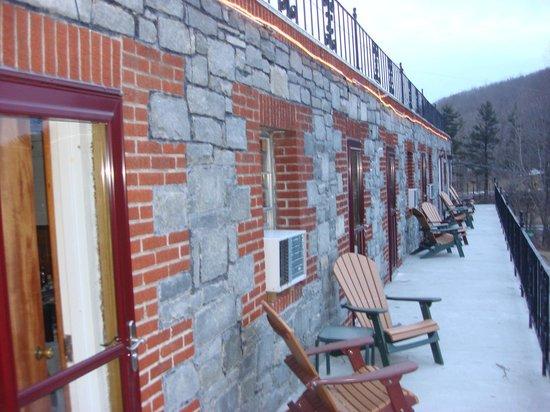 سكاي لاين فيلدج إن آند كافيرن تافيرن:                   snow on the front of Inn                 