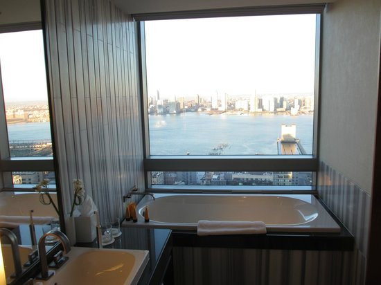 The Dominick Hotel: Sitting in the tub you can catch a glimpse on freedom towe