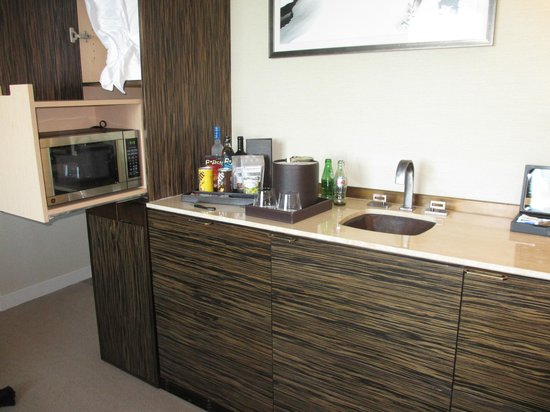 The Dominick Hotel: Kitchenette and Mini Bar ; Nespresso available but not in this picture